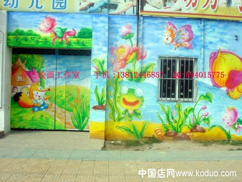 幼儿园墙画的选择,根据房间的用途或墙壁的位置选择相应题材的画稿,确定好所画的位置再选择适合的画稿,定下画面内容.选择画稿时要注意色彩的选择,幼儿园墙壁的色彩应给人一种新鲜活泼的感觉,使用一些暖色调,色彩亮度上明朗一点.   幼儿园这一建筑可以以鲜明的色彩处在周围的环境中,当然也不能太过,特别是满画的地方,在室外会过于刺激视觉,室内会增加人一种晕乎乎的感觉,空间小的地方更易形成挤压感,也就是有些地方要给人一种静而温和的感觉,在设计和画工操作时要注意搭配好色彩,要考虑到色彩的层次,颜色深浅,明暗的协调。